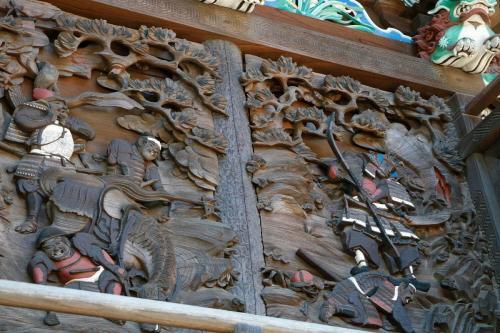 東側彫刻(八幡太郎、と将兵水を得るの場面)